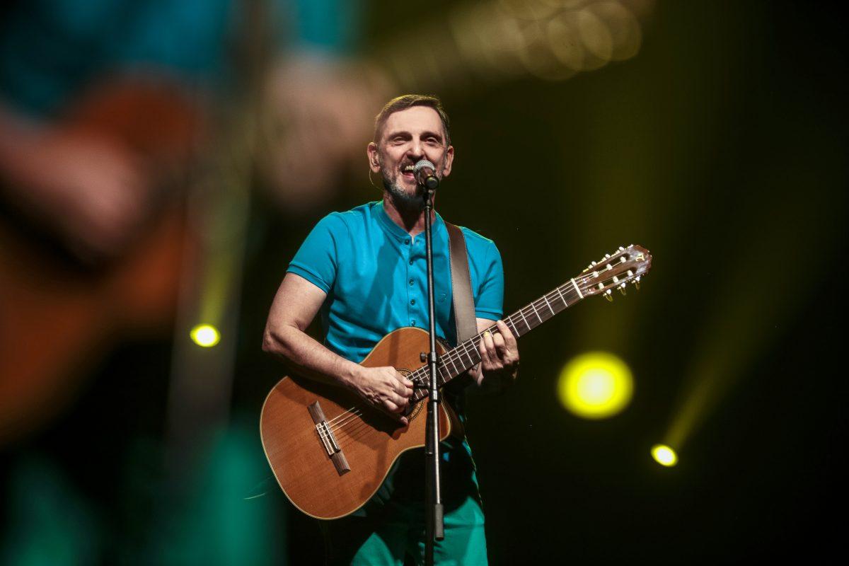 """Paulo Miklos no palco da sua turnê solo """"A Gente Mora no Agora"""""""