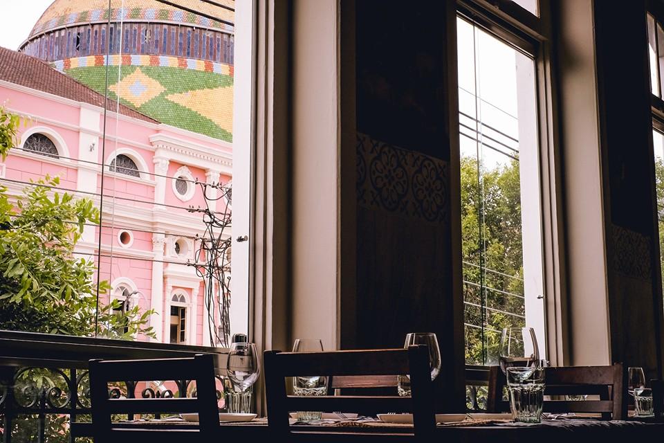 Uma das vistas mais incríveis do teatro Amazonas é possível do salão do restaurante Caxiri (Foto: reprodução Facebook)