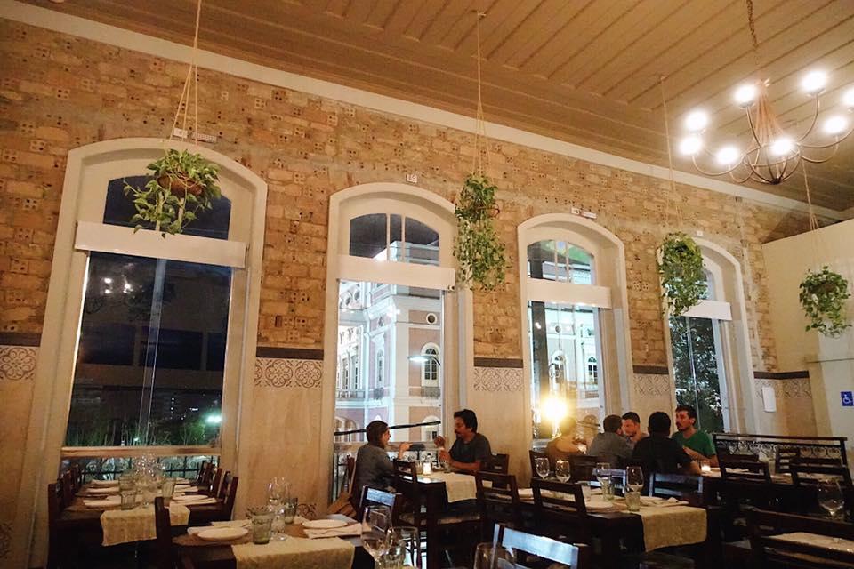Interior do restaurante Caxiri em Manaus (Foto: reprodução Facebook)