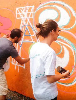 Airbnb dá 10 dicas inusitadíssimas de presente para Dia dos Pais Workshop de Graffiti no Beco do Batman (Foto: Arquivo Airbnb)
