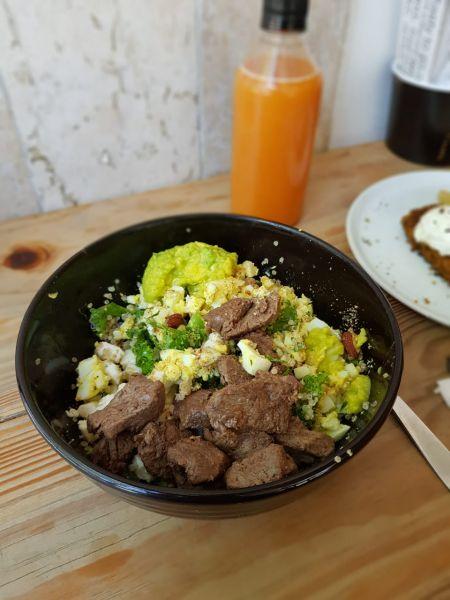 Salada de folhas com ovos, queijo Minas, abacate e mignon – almoço rico em proteínas.