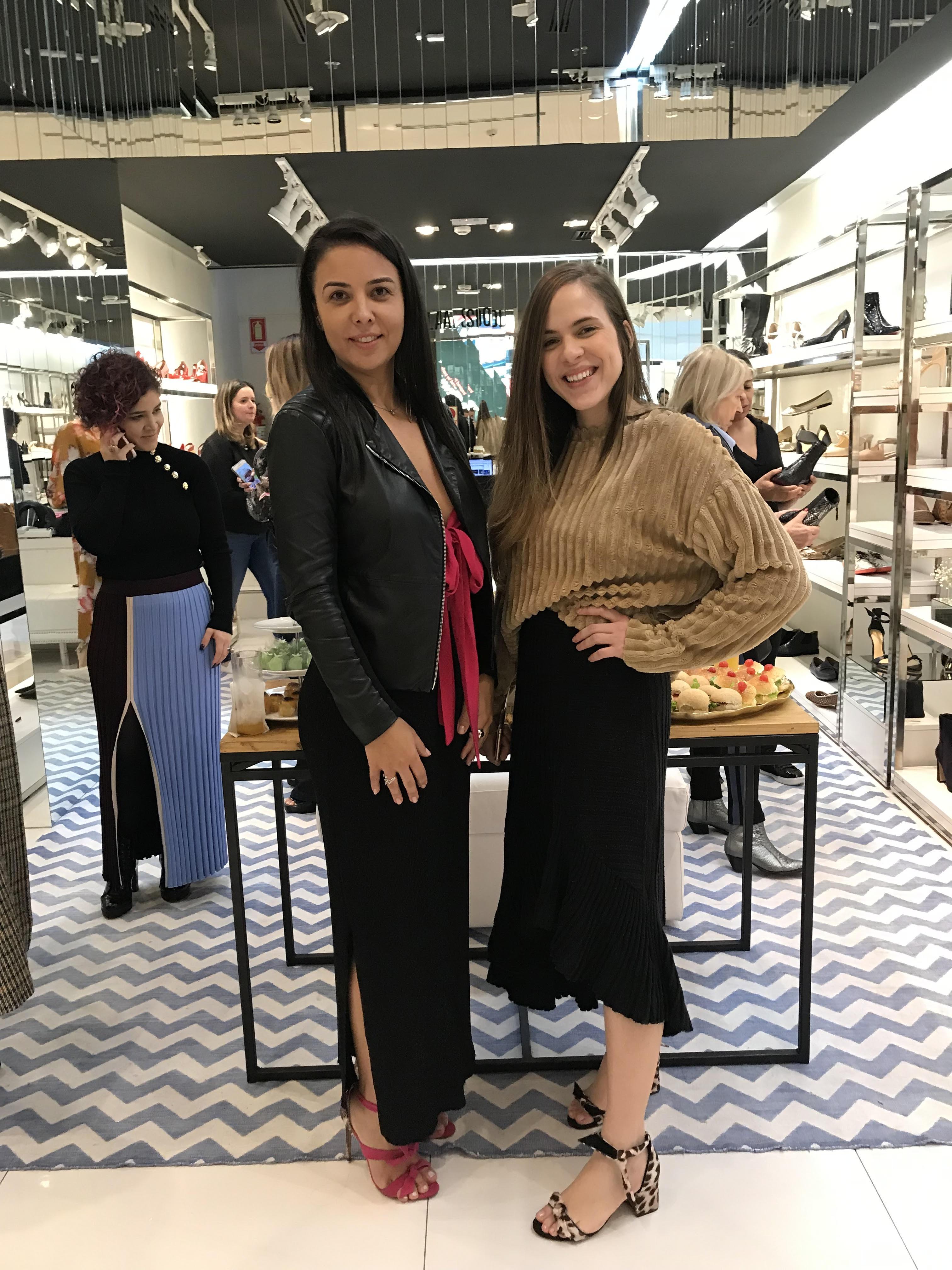 Flavia Sidoli e Maryna Saldanha receberam  convidados para o evento das Claritas, de Alexandre Birman.