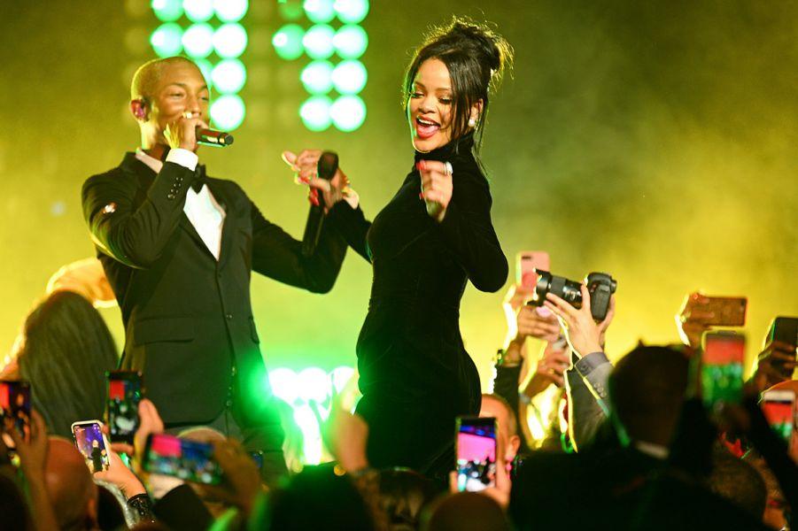 Rihanna se apresentou ao lado de Pharrell Williams